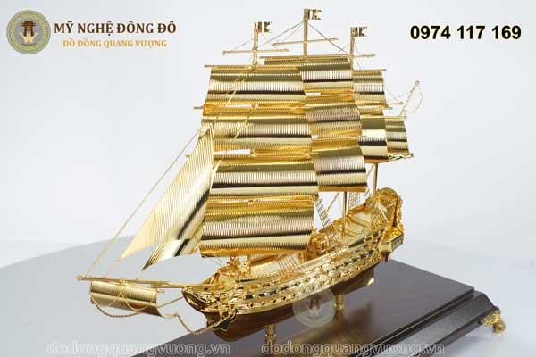 Thuyền buồm mạ vàng căng gió