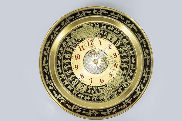 Đồng hồ mặt trống đồng treo tường chất liệu đồng vàng