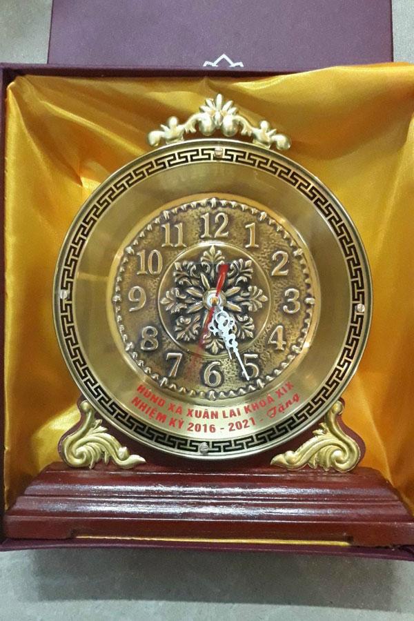 Đồng hồ quà tặng để bàn