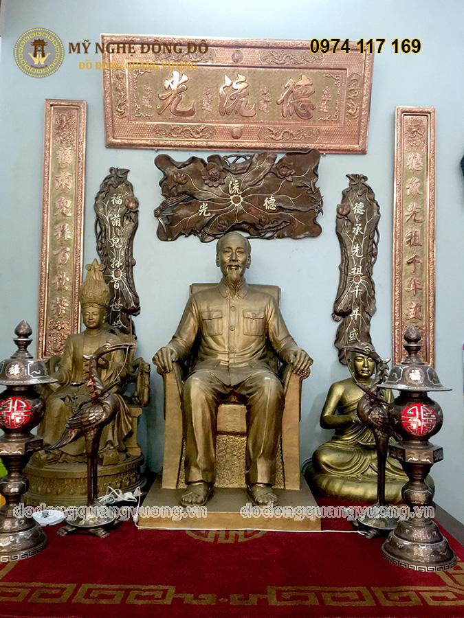Tượng Bác Hồ ngồi ghế bằng đồng vàng