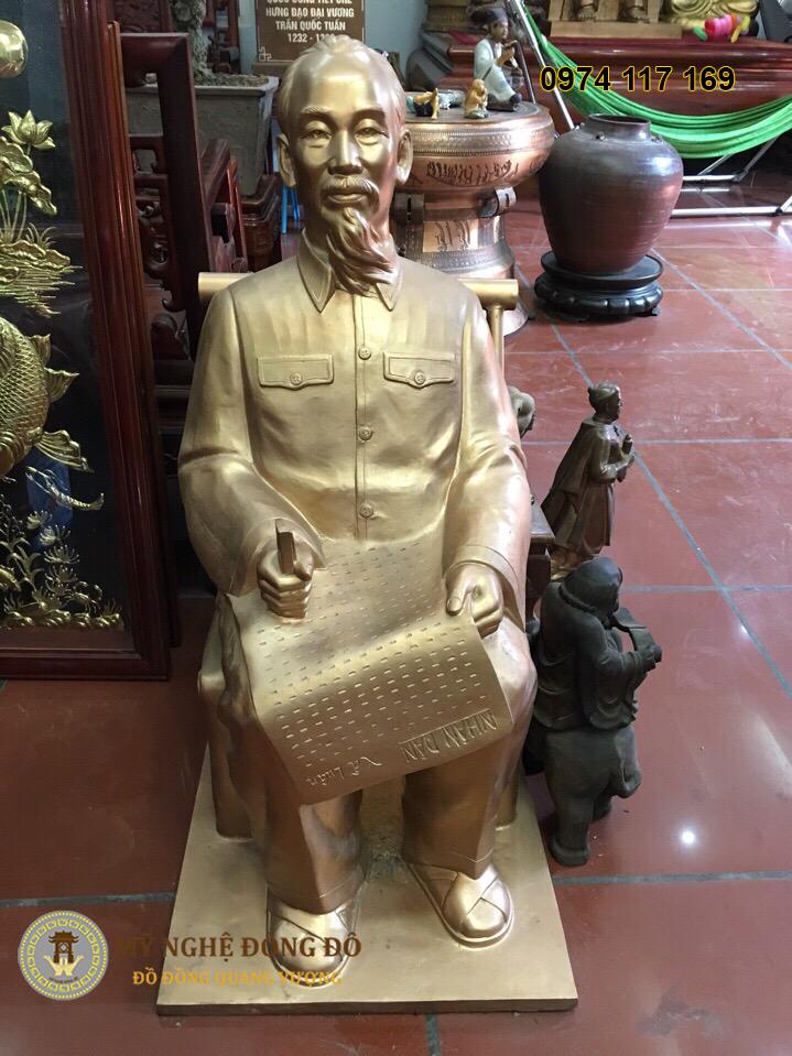 Tượng Bác Hồ ngồi ghế bằng đồng
